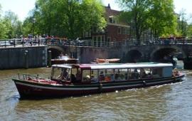 Boot huren Amsterdam. Rondvaartboot Lelie