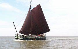 Boot huren Dokkumer Nieuwe Zijlen. Tjalk Groene Eenvoud