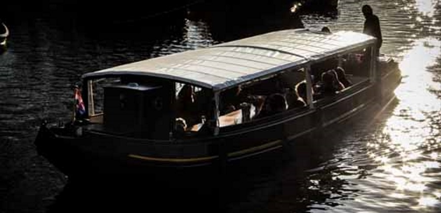 Boot huren Amsterdam. Rondvaartboot Stella Maris