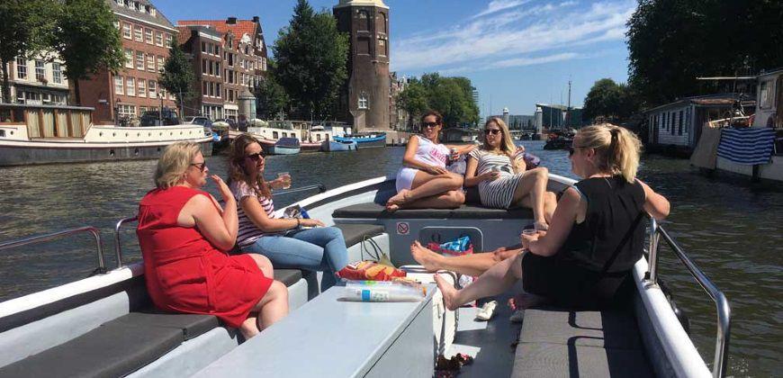 sloep simon met dames op de amsterdamse grachten